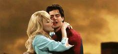 """Cuando ella apareció de imprevisto en el episodio de Andrew para SNL y se """"besaron"""""""
