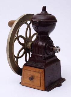 Kaffeemühle, 19.Jhdt.Eisenguss, Antrieb über seitliches Rad, Holzschublade. H.22cm.