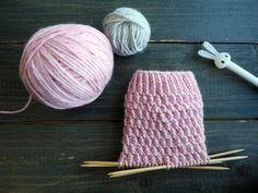 Tästä jutusta löydät erilaisia ohjeita, joilla voit muunnella tavallista joustinneuletta suljettuna neuleena. Joustimet sopivat esimerkiksi villasukan varteen. Kaikki neule-esimerkit on neulottu samalla langalla ja samoilla puikoilla, jotta niitä on helppo vertailla keskenään. Knitting Charts, Loom Knitting, Knitting Stitches, Knitting Socks, Baby Knitting, Knitted Hats, Knitting Patterns, Yarn Crafts, Sewing Crafts