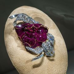 Van Cleef & Arpels Mystery Set ruby and diamond clip brooches. ➡ P L E A S E swipe on the post above. (The last image/piece handcrafted by Van Cleef & Arpels ~ Mystery Set ruby rose clip brooch. Old Jewelry, High Jewelry, Indian Jewelry, Jewelry Box, Jewelry Making, Ruby Jewelry, Invention And Innovation, Gold Box, Van Cleef Arpels