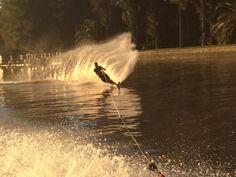 Mono esqui en el rio