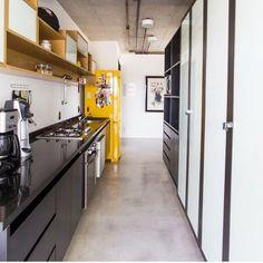 Mais uma cozinha criada para o apartamento MaxHaus. Cimento queimado + bancada preta + geladeira amarela = Cozinha Bonita ✔️.
