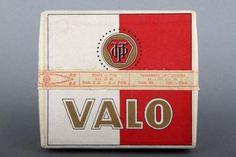 Forssan museo. Puna-valkoinen Valo-savukerasia. Tuotteen on valmistanut Itämainen paperissotehdas Oy, joka perustettiin vuonna 1908. Finland, Nostalgia, Advertising, Spirit, Beer Labels, Cigars, Branding, Museum