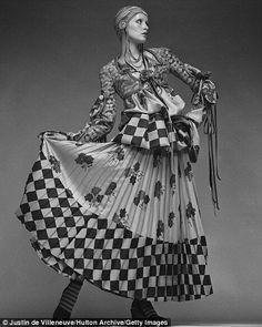 Twiggy Photo Justin de Villeneuve Bill Gibb - British Designer 1970s