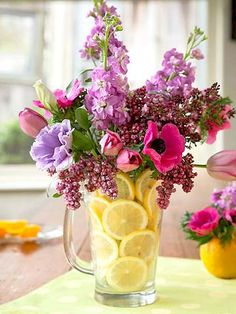 Floral arrangement, place sliced citrus all around your clear glass vase for a pop of color with your flowers. Could also do the same using a glass jug or Arrangement Lemon Flowers, My Flower, Fresh Flowers, Spring Flowers, Beautiful Flowers, Purple Flowers, Spring Bouquet, Water Flowers, Table Arrangements