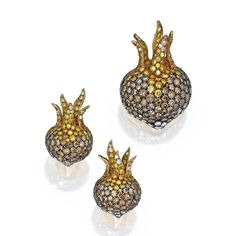 18 KARAT GOLD, SILVER, COLORED DIAMOND AND DIAMOND 'MEDLAR' BROOCH AND EARCLIPS, NICHOLAS VARNEY