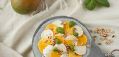 Recept voor een eenvoudige maar heerlijke mango caprese! Heerlijk zomers, lekker voor bij de barbecue.
