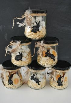 Une présentation originale pour quelques oeufs de Pâques. D'autres idées sur le site :  http://www.howne-blog.com/thematique-speciale-paques-dites-le-avec-des-oeufs/