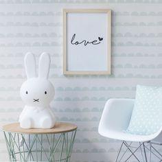 Moon wallpaper, un papel pintado que convertirá la habitación de los pequeños de la casa en un auténtico cuento. En tonos menta y blanco.