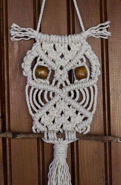 visual result of large macrame owl wall hanging, Macrame Wall Hanging Patterns, Macrame Plant Hangers, Macrame Patterns, Owl Crochet Patterns, Owl Patterns, Macrame Owl, Macrame Knots, Macrame Jewelry, Macrame Design