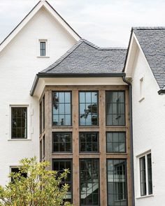 33 The Best Rustic Home Design Ideas For Exterior - There is a plethora of siding material to choose from. But, if you want to have a stylish look, then look no further. Cedar siding will surely work th. Café Exterior, Design Exterior, Dream House Exterior, Black Windows Exterior, House Exteriors, Style At Home, Future House, Stommel Haus, Veranda Design