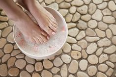 DIY Cracked Heels Remedies ~ DIY Foot Soak: cup Listerine (any mouthwash will do), cup Vinegar, 1 cup Water. I'll probably add a pumice stone scrub to this also. Listerine, Diy Foot Soak, Foot Soaks, Foot Remedies, Herbal Remedies, Baking Soda Face, Baking Soda Foot Soak, Foot Odor, Spa Day At Home