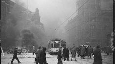 Eine Straßenbahn fährt auf den Alexanderplatz. Nach einem Bombenangriff, Mai 1944 Foto: BVG
