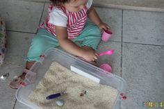 Brincadeira sensorial com arroz para bebês - jogando o arroz pra fora                                                                                                                                                      Mais