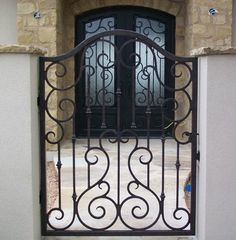 Portão e porta frontal de ferro.
