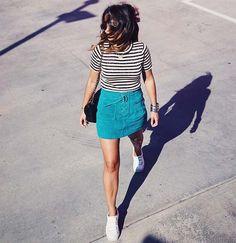 Look com tênis branco, blusa listrada e saia de suede turquesa, cor tendência pro verão.