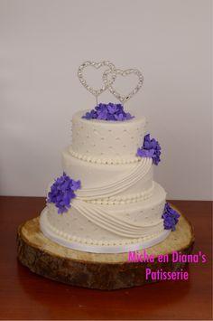 Bruidstaart met draperieën en hortensia.