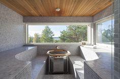 Sauna mosaiikkilauteilla ja merinäkymillä
