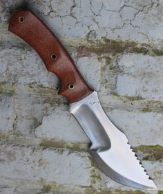 wsk tracker model THE HUNTED , lame de 17.2 cm forgée en Xc 75 avec trempe selective , plaquettes en micarta canvas marron  disponible wsk tracker model The Hunted blade of 6.78 incjh forged in 1075 carbon steel with selective tempering , slabs in marroon canvas micarta available for sale