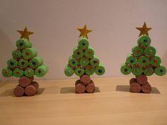 Árvores de Natal com rolhas de cortiça. Kerstboom: kurk Imagem em: http://media-cache-ak0.pinimg.com/originals/27/aa/96/27aa96f82d54415bd081caf65053e63f.jpg