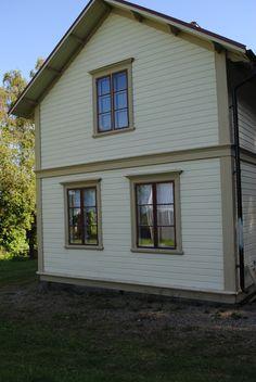 husets utsida efter renoveringen, det första vi började med när det gäller utsidan var att måla fasaden i varm gul linoljefärg och ...