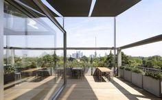 """Dank raumhoher Fenster verwandeln sich im """"Terrazza Triennale"""" Innenräume in Außenräume. (Foto: Terrazza Triennale)"""