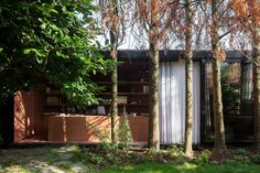 TOOP Architectuur has designed two mobile architecture studios for its staff made of repurposed shipping containers clad in mirrors and timber. Shipping Container Office, Shipping Containers, Mobile Architecture, Feng Shui House, Art Deco, Patio Wall, Sliding Windows, Sliding Door, Glass Facades