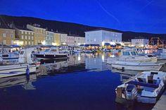 Stadt Cres auf der Insel Cres in der Abenddämmerung