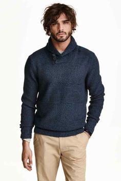 Sweter o wzorzystym splocie: Bawełniany sweter o wzorzystym splocie. Szalowy kołnierz z zapięciem u góry. Ściągacze w prążek przy rękawach i u dołu.