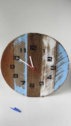 d981fca3b81 Relógio de parede vintage rústico artesanal em madeira de pallet recuperada.