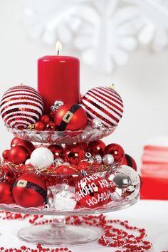 Decora la mesa de Navidad con un stand para cupcakes y bolas de Navidad. #DecoracionNavidad