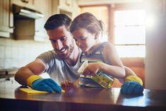 Vi vet – det kan kännas meningslöst att ens försöka ha lite ordning hemma de första fem åren som förälder. Men någonstans i den glittriga playdough-tunneln så finns en strimma hopp. Här kommer ett gäng tips som underlättar livet avsevärt!
