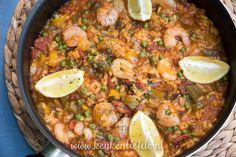 Van een grote pan paella krijg ik direct het zomergevoel! Dit is een eenvoudige maar lekkere variant met garnalen en chorizo die je snel op tafel zet.