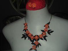 colar bordado com linha de seda e aplicação laranja