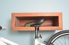 Como guardar bicicletas em ambientes pequenos: peças tipo nichos de parede e ainda dá para deixar o capacete em cima ;)