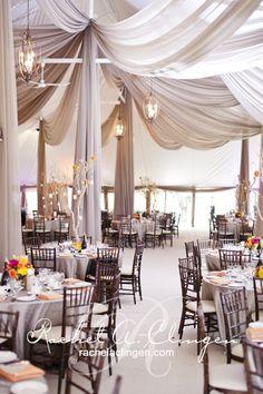 Telas ligeras añaden forma y textura a una sencilla carpa / Add form and texture to a simple tent with swathes of soft cloth