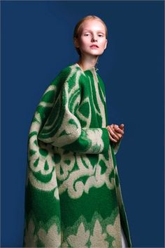 manteau vert et blanc Kaamos/ Marit Ilison Look Fashion, High Fashion, Womens Fashion, Fashion Design, Net Fashion, Fashion News, Fashion Outfits, Outfit 2017, Mein Style