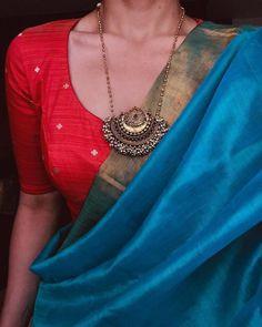 Beautiful silk saree with gold pendant . sari indienne avec la pendentif en or . Indian Attire, Indian Outfits, Indian Wear, Saree Jackets, Saree Jewellery, Fashion Jewellery, Silk Saree Blouse Designs, Blouse Patterns, Trendy Sarees