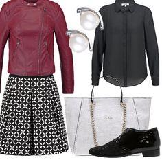 Gonna a pieghe nera con disegni bianchi, camicetta nera e scarpa stringata bassa nera in pelle e vernice. Un abbigliamento classico che non è mai fuori moda, soprattutto in questo caso abbinando il tutto alla giacca di pelle berry e alla splendida shopping bag.