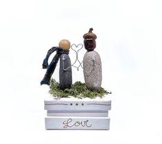 Geachenk Box mit zwei Verliebten aus Stein vom Kt. Uri. Damit auch das kleinste Geachenk zum Hingucker wird. 70x42x36cm Ring Verlobung, Snow Globes, Christmas Ornaments, Holiday Decor, Home Decor, Holiday Decorating, In Love, Stone, Gift Cards