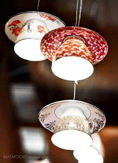 Xícaras e pires coloridos transformaram-se em luminárias.  Fotografia: Fox Lux.