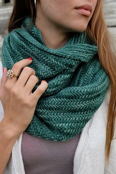Whit& Knits: Big Herringbone Cowl - The Purl Bee - Knitting Crochet Sewing Embroidery Crafts Patterns and Ideas! Whits Knits: Big Herringbone Cowl - The Purl Bee - Knitting Crochet Sewing Embroidery Crafts Patterns and Ideas! Purl Bee, Knit Cowl, Knitted Shawls, Crochet Scarves, Loom Knitting, Free Knitting, Knit Or Crochet, Crochet Vests, Crochet Cape