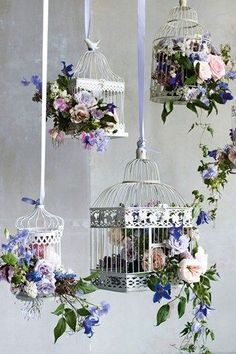 Jaulas llenas de flores colgadas en diferentes niveles le dan un look rústico de lujo a tu recepción. Jaulas llenas de clemátidas, rosas, muscari, jazmín, ramilletes de rosas, anémonas, guisantes dulces y jacintos.