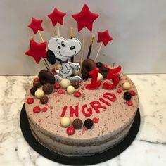 Tarta oreo con Snoopy y estrellitas. Birthday Cake, Snoopy, Desserts, Food, Fondant Cakes, Lolly Cake, Homemade Recipe, Candy Stations, Homemade