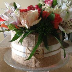 Composizione floreale in stile Shabby Chic su alzatina in vetro.