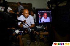 Wartawan senior yang juga seorang penikmat cita rasa, Bondan Winarno menunggu kabar rekan bisnisnya yang ikut menumpang pesawat Sukhoi Superjet 100 di Halim Perdanakusuma, Jakarta, Kamis (10/5).