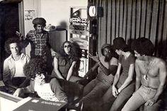 """Gravação do disco """"Milton"""" de Milton Nascimento. Atrás: Ronaldo Bastos, Robertinho Silva, Flora Purim Milton Nascimento, Novelli e Laudir de Oliveira. À frente: técnico não identificado. EUA – 1976."""