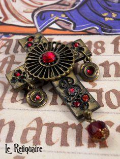 """Broche """"Staffordshire"""" - Croix et rouge grenat de Le Reliquaire sur DaWanda.com"""
