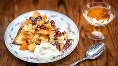 Možná si někdy povzdechnete, už aby bylo léto adaly se konečně zase péct dobré ovocné koláče. Ačkoliv máte možná pocit, že jste všechny existující jablečné koláče už pekli, dokud neochutnáte tenhle, nepochopíte, proč jde zimní ovocné koláče milovat nade vše! Kefir, French Toast, Oatmeal, Sweets, Breakfast, Cake, Desserts, Pastries, Food