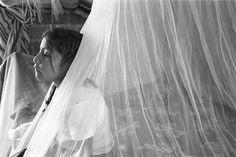 All things Mexico. - fotosoaxaca:  Las Mujeres de Barro  En 2001, la fotógrafa mexicana Marcela Taboada fotografió la vida de las mujeres de San Miguel Amatlán, Oaxaca, quienes han construido las casas de barro donde viven, con sus propias manos.